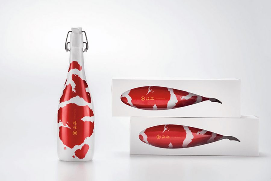 Carpas que se convierten en botellas de sake, 'packaging' galardonado en los Pentawards 2016