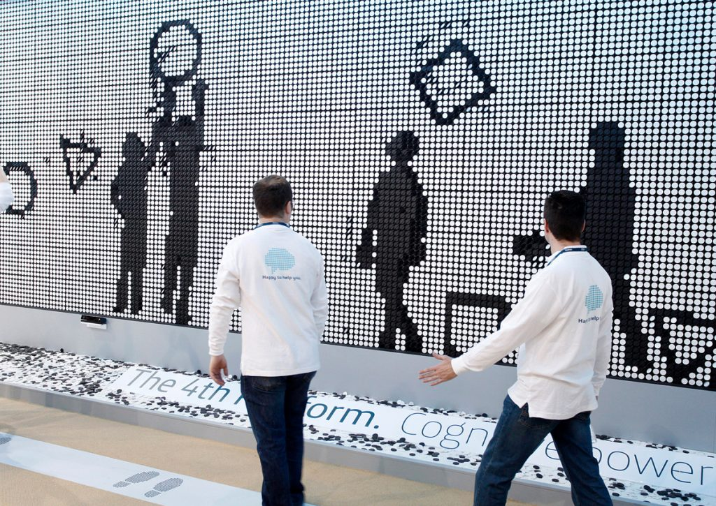innovacion diseno Domestic Data Streamers humaniza el Big Data en el Mobile World Congress con el panel de flip-dots interactivo más grande de Europa