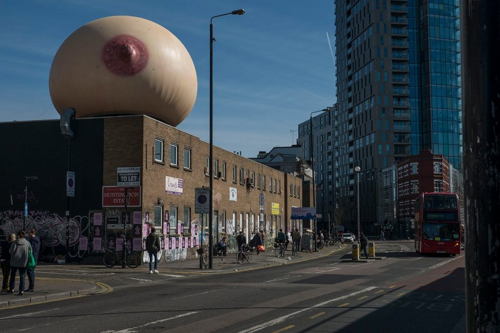 Un pecho gigante e inflable irrumpe en Londres como parte de la campaña #freethefeed - 2