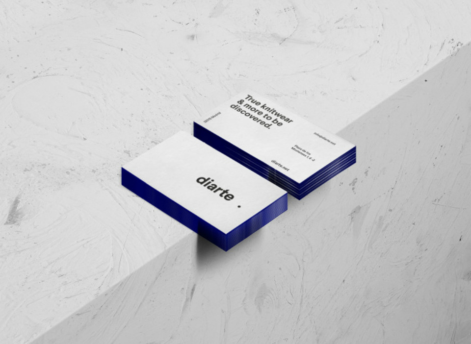 Tarjetas de presentación con el nuevo logo de Diarte, diseñado por Rebeka Arce