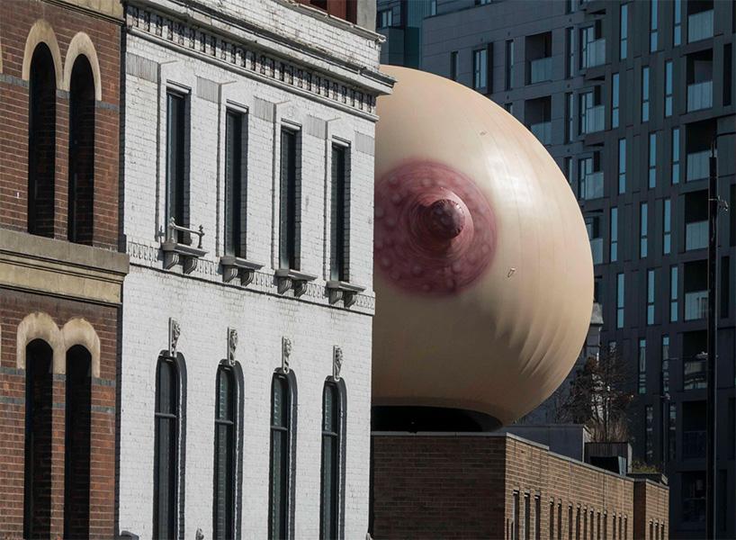 Un pecho gigante e inflable irrumpe en Londres como parte de la campaña #freethefeed - 1