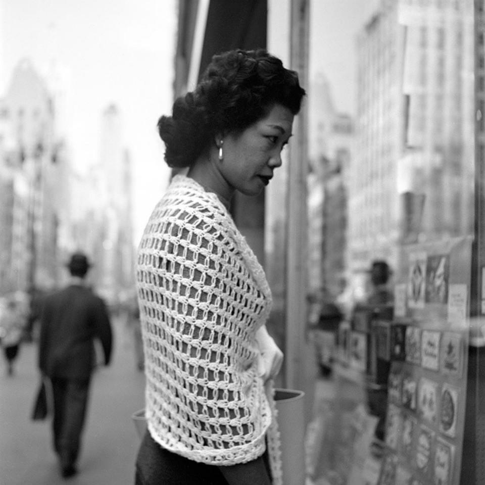 Fotografía mujer rica paseando por la calle, por Vivian Maier
