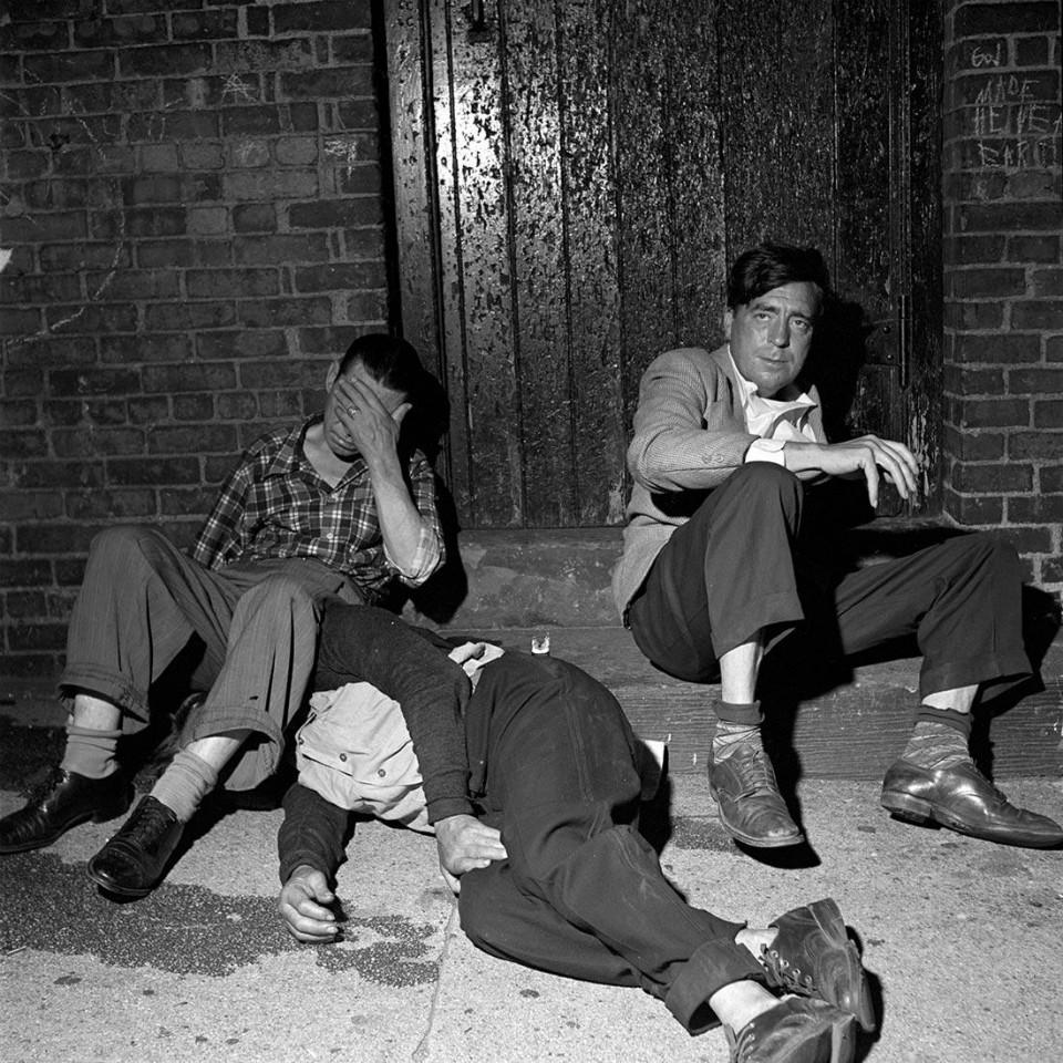 Imagen borrachos en la calle, por Vivian Maier