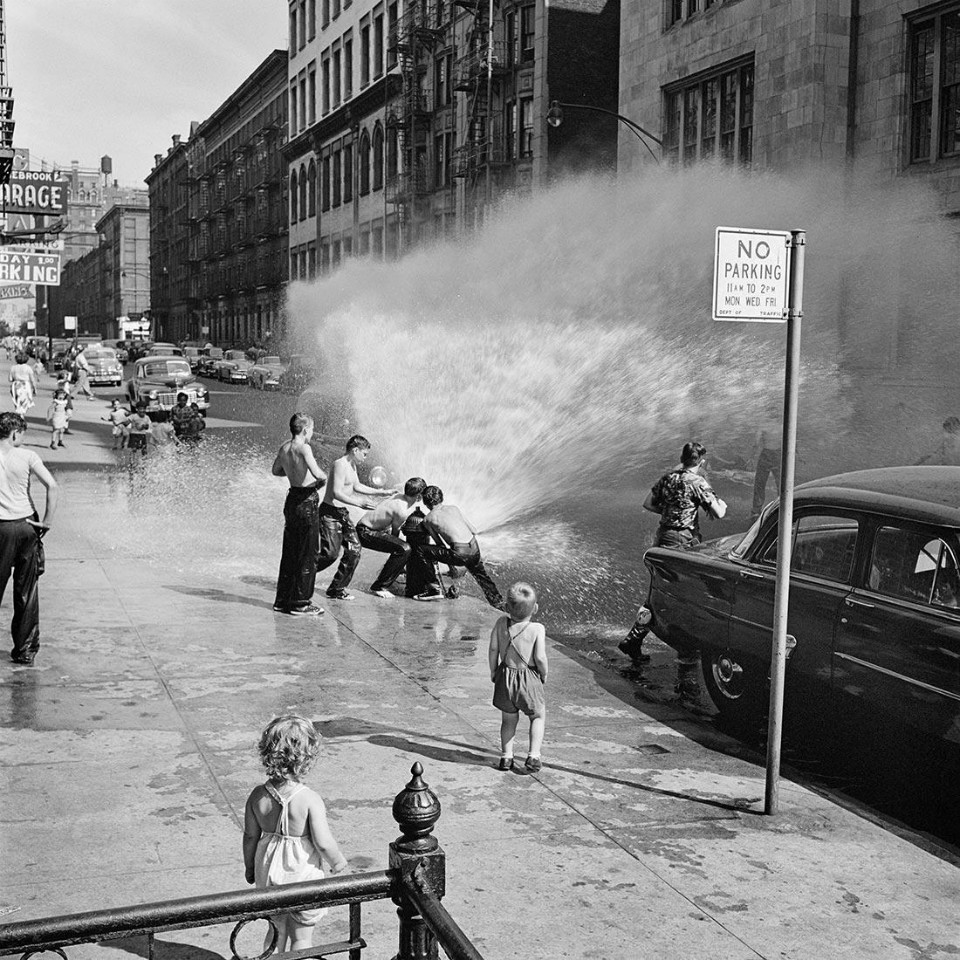 Fotografía niños jugando en la calle, por Vivian Maier