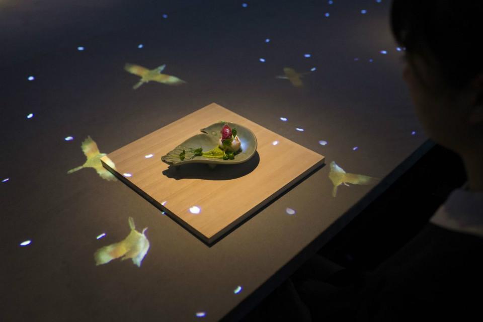 Las imágenes de TeamLab hacen que la comida interactue con el entorno