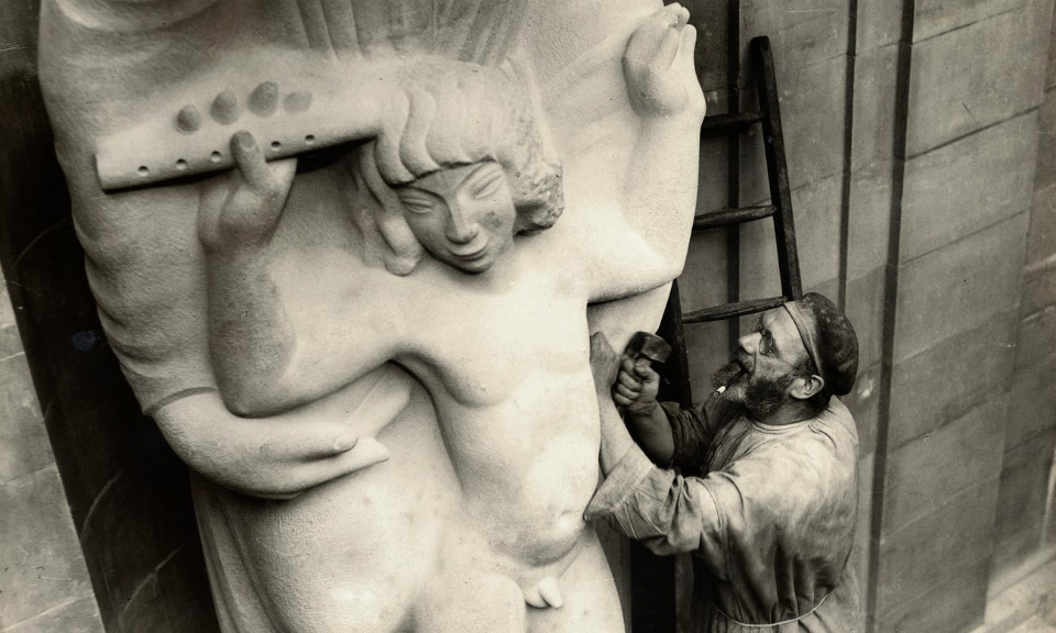 Eric Gill retocando una de sus esculturas