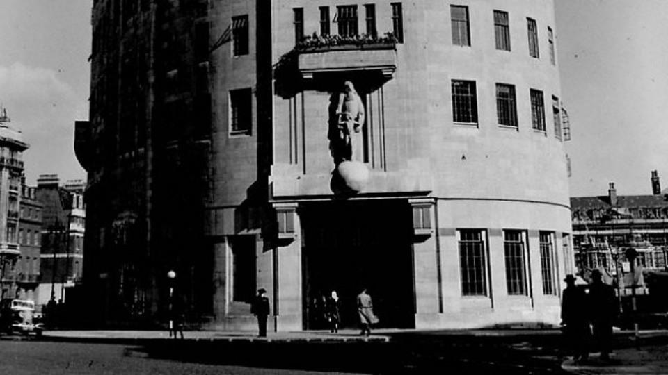 Escultura de Eric Gill en la BBC Broadcasting House