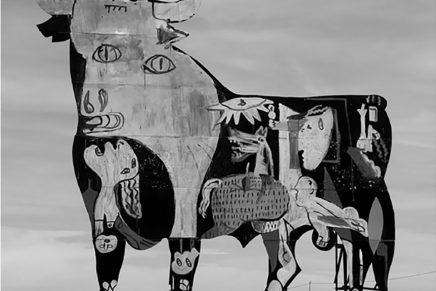 Sam3 pinta el Guernica en un toro Osborne como denuncia antitaurina