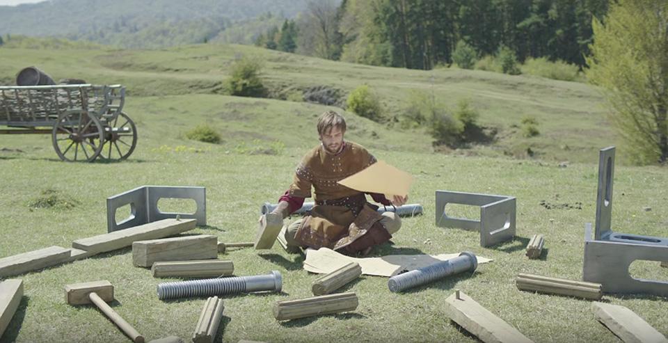 Katapult KitKat Ikea hombre sentado con mapa 004
