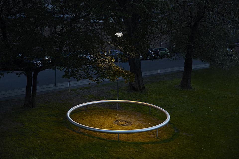 OUI con anillo en oscuras 003