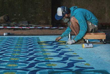 Javier de Riba, el artista que se cuela en edificios abandonados para pintar sus suelos