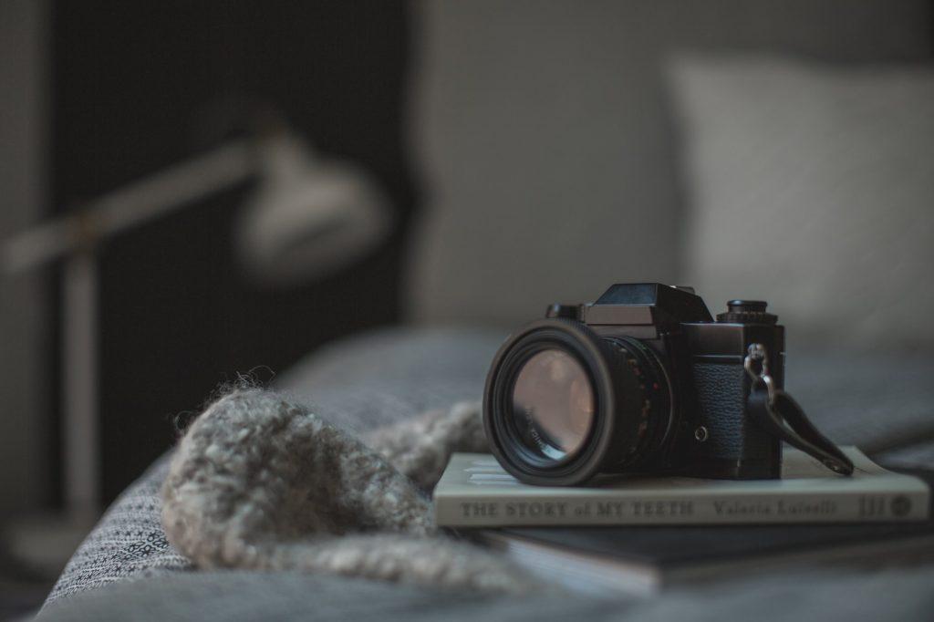 cámara de fotos sobre libro