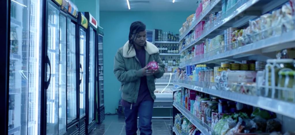 Hombre comprando un paquete de compresas en el anuncio de Bodyform