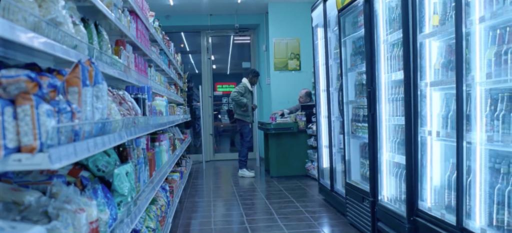 Hombre pagando por un paquete de compresas en el anuncio dirigido por Daniel Wolfe
