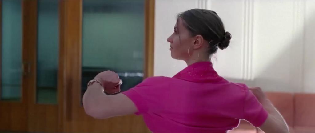 Mujer bailando en el anuncio dirigido por Daniel Wolfe