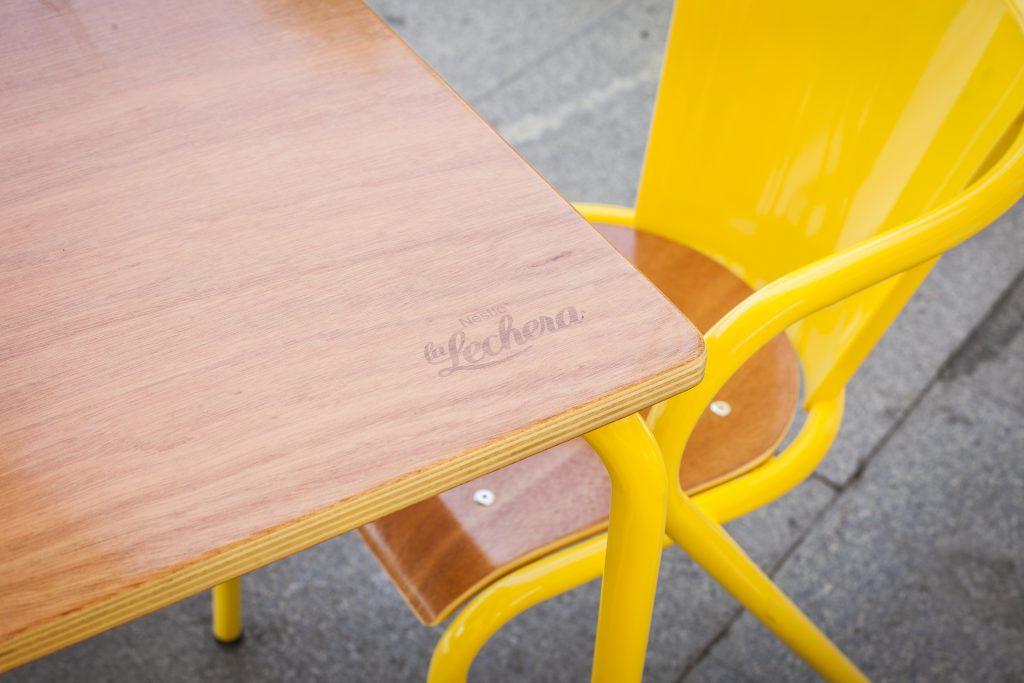 Mesas con el logo de La Lechera