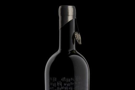 Una botella de vino, con un misterioso diseño de packaging, que ya está agotada