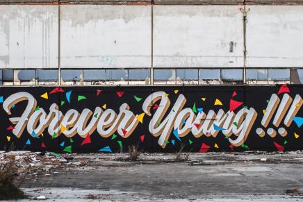 Graffiti y tipografía se mezclan en 'Forever young'