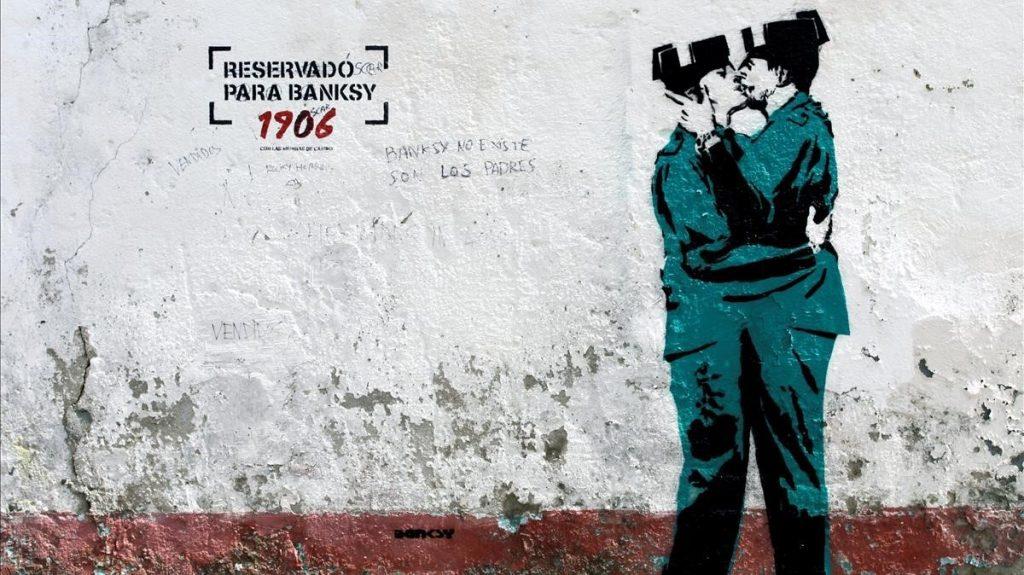 GRAF6153  FERROL  A CORUNA   17 04 2018 - Aparece en una fachada del barrio de Canido  en Ferrol  Galicia   una imagen de dos guardias civiles besandose y que es una replica casi exacta de la de dos policias britanicos besandose que Banksy realizo cerca del centro de Brighton  Reino Unido   y que ha generado una gran expectacion por la posibilidad de que se trate de la primera del artista en Espana  EFE Kiko Delgado