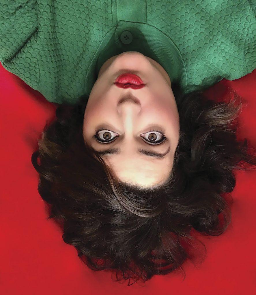 revista graffica 10 sara de la mora retrato fondo rojo