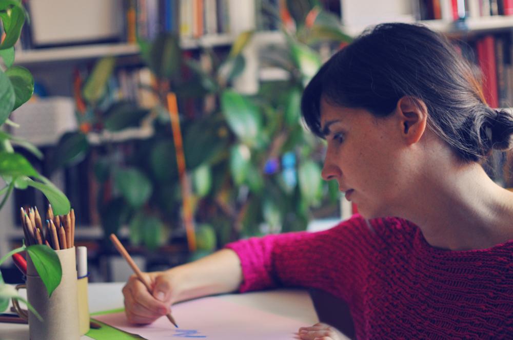 Elena Hormiga ilustrando