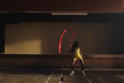 La coreógrafa del videoclip de Childish Gambino, Sherrie Silver, protagoniza la campaña contra el SIDA 'Rock the Ribbon'