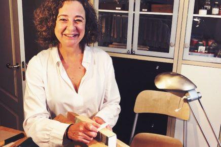 La encuadernadora Olga Espartero, en un acto íntimo, desviste el libro y lo convierte en ejemplar único