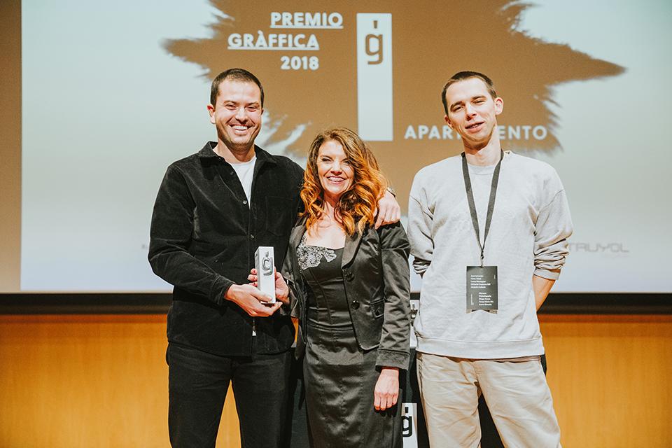 premio graffica 2018 apartamento posando