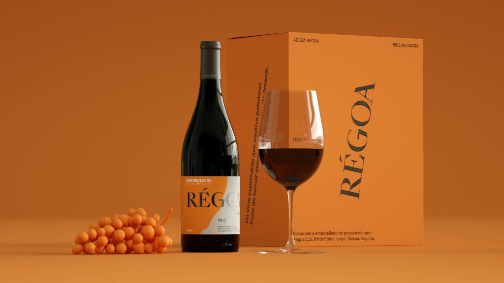 Copa de vino y botella de vino de la marca Régoa.
