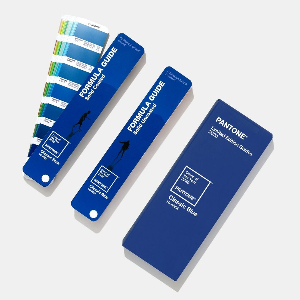 ¿Qué regalar a un diseñador gráfico por San Valentín? Pantonera Formula Guide Coated and Uncoated (Edición Limitada), Pantone Color of the Year de 2020 Classic Blue
