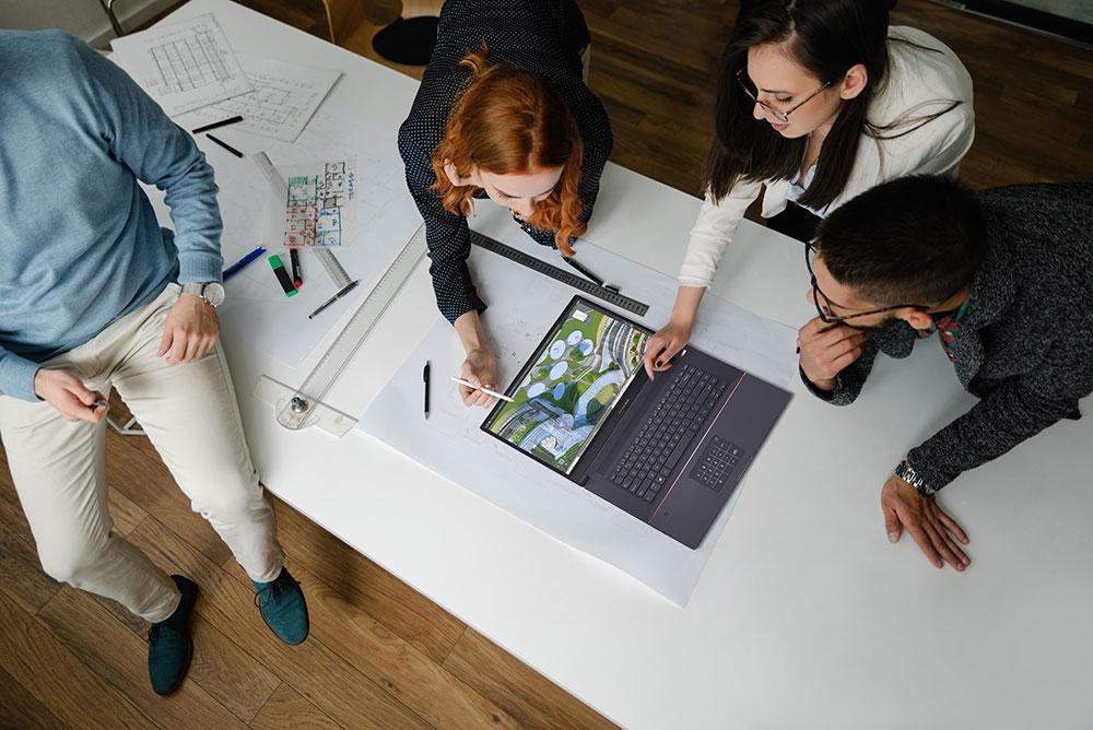 ASUS lanza ProArt Studiobook Pro 17, un portátil para profesionales de la creatividad. Personas reunidas alrededor.
