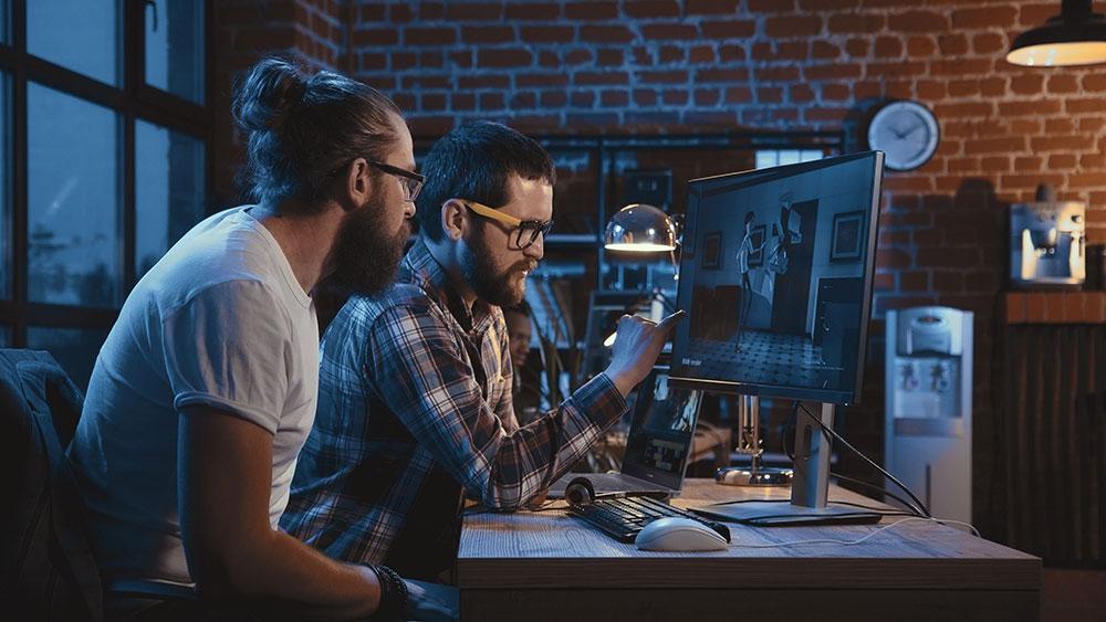 ASUS lanza ProArt Studiobook Pro 17, un portátil para profesionales de la creatividad. Profesionales animando un vídeo.