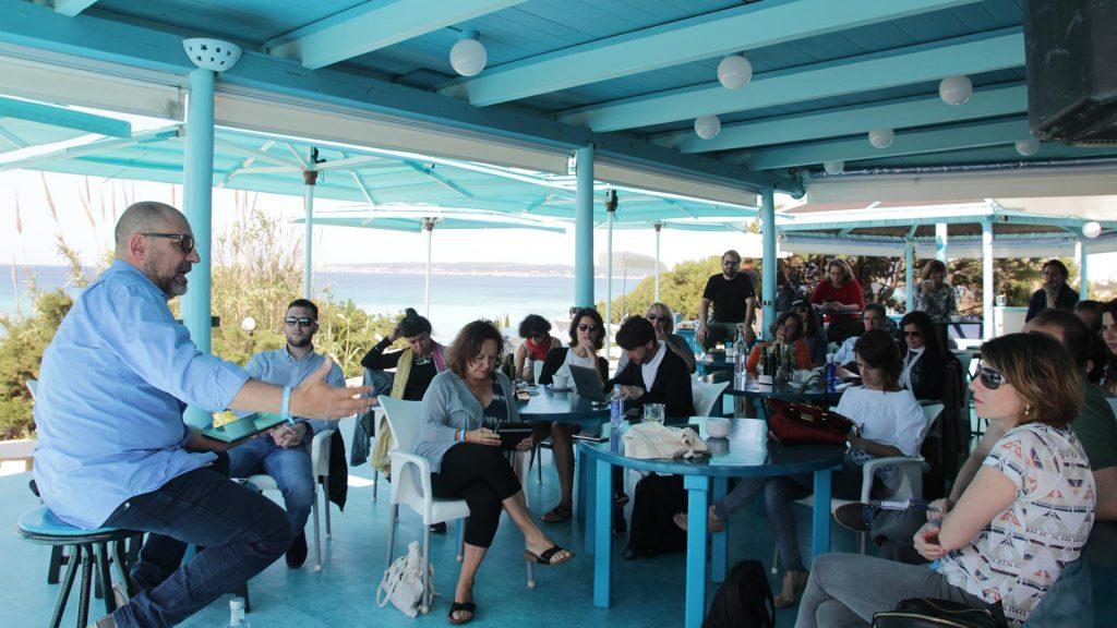 Vuelve Formentera 2.0, las conferencias sobre cultura digital y creatividad más paradisiacas. Ponente explicando.