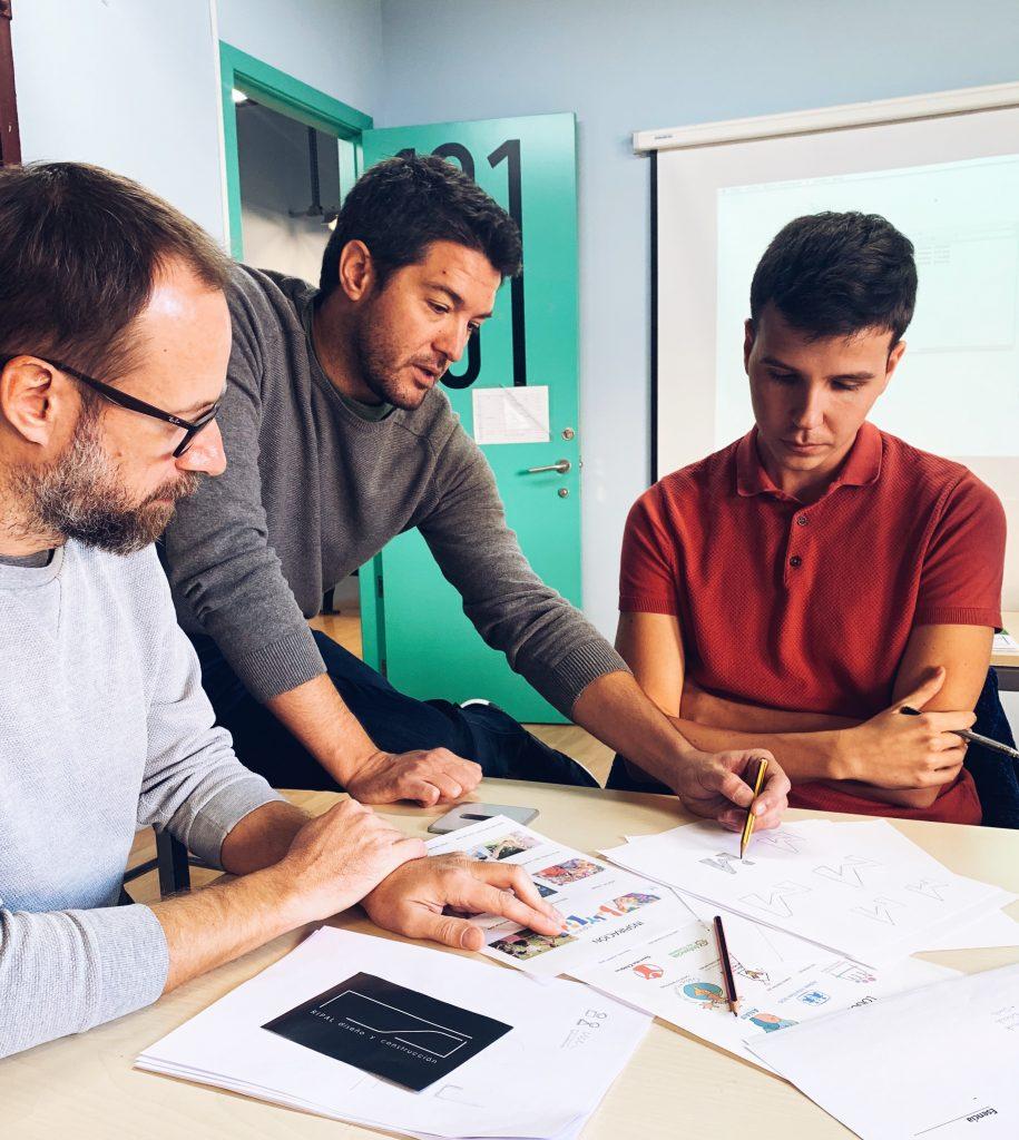 Mauro Gimeno con los alumnos del máster en Diseño Gráfico, Creatividad y Comunicación de Barreira A+D