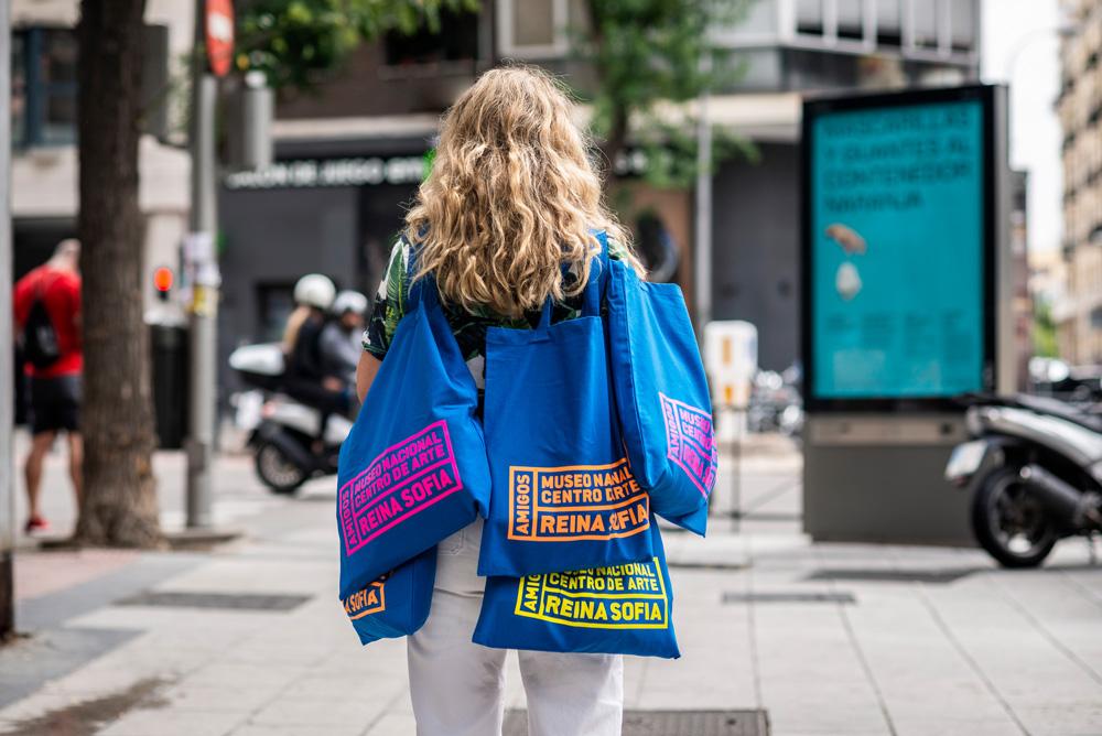 Bolsas con el nuevo logo de la fundación de amigos del museo Reina Sofía