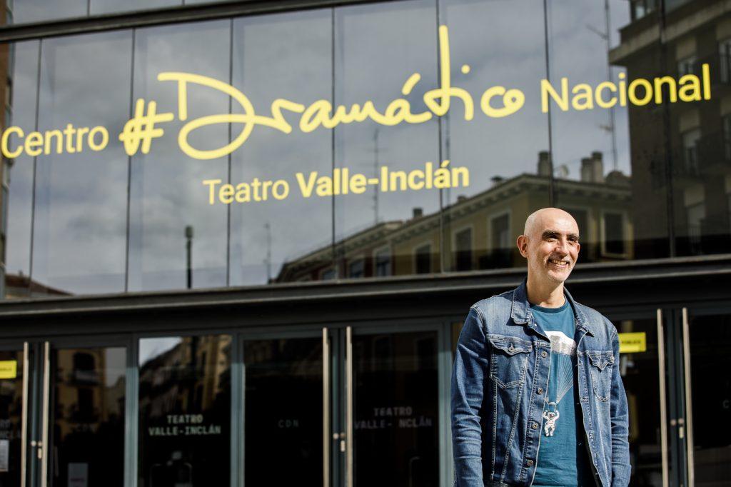 Alfredo Sanzol delante de la fachada del Teatro Valle-Inclán con el nuevo naming y branding del Centro Dramático Nacional