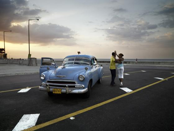 Cuba, fotografía de José Maria Mellado. Chevy Azul y Pareja Bailando. La Habana, 2006.