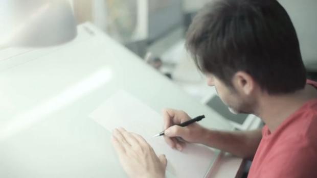 Paco Roca, fotografía dibujando durante una entrevista